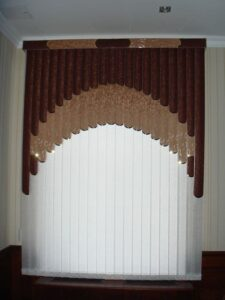 приклад робіт мультифактурні жалюзі арка в шоколадних тонах